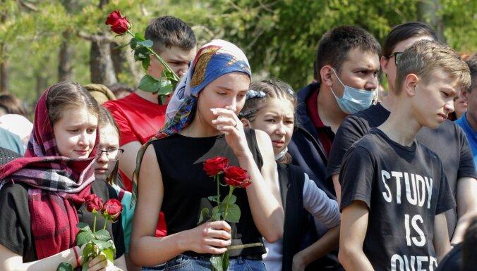 """""""Две школы такие — Беслан и наша"""". Как проходили похороны погибших и арест стрелявшего"""