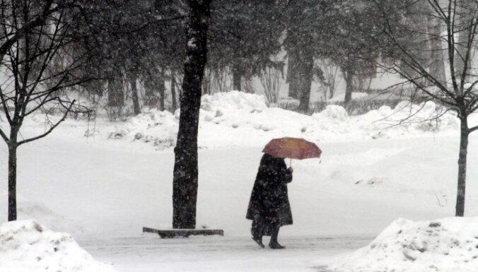 Arī otrdien gaidāms sniegs; Kurzemes piekrastē – brāzmains vējš