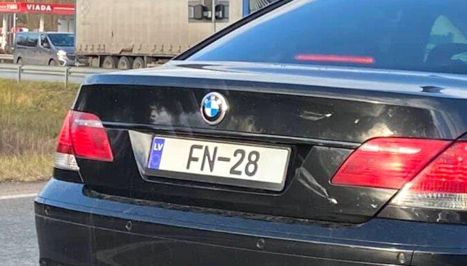BMW ar viltotu numurzīmi koplietošanas satiksmē; par to draud kriminālatbildība