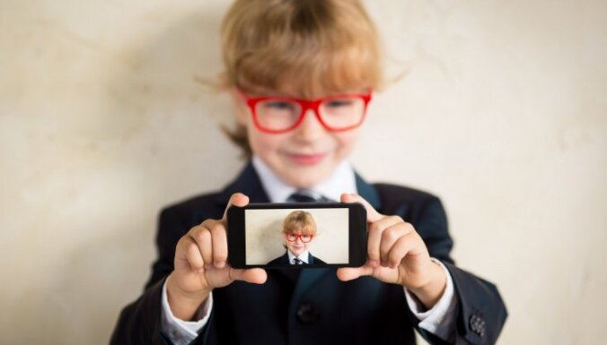 Laika ierobežojums, cieņa un piemērota informācija – bērniem ieteicamie noteikumi viedtālruņa lietošanai