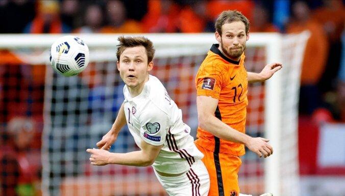 Foto: Latvijas futbolisti 5000 līdzjutēju klātbūtnē cīnās pret Nīderlandes zvaigznēm