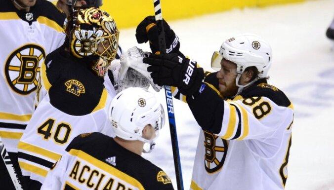 'Bruins' un 'Sharks' panāk izšķirošās spēles Stenlija kausa pirmajā kārtā