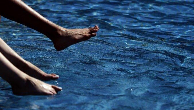 Температура воды в местах для купания близка к +10 градусам