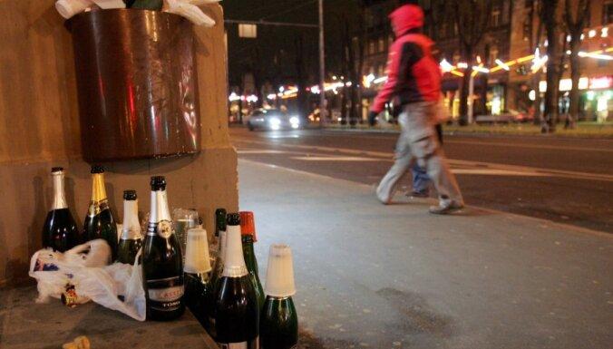 Policija pievērs acis uz atvērtām alkohola pudelēm Rīgas ielās jaungada naktī