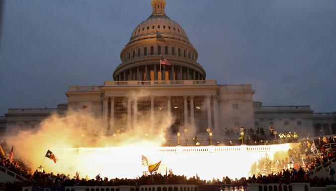 Miris sadursmēs ASV Kapitolijā ievainots policists; Tramps nosodījis vardarbību