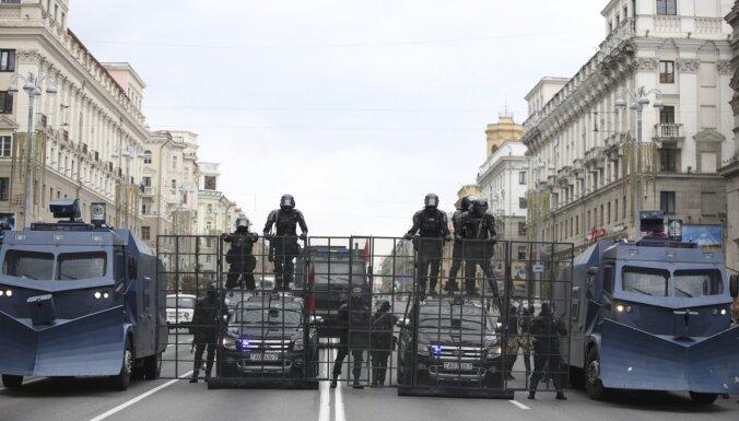 Minskā aizturēti glābēji, kuri palīdzēja upē ielēkušiem cilvēkiem