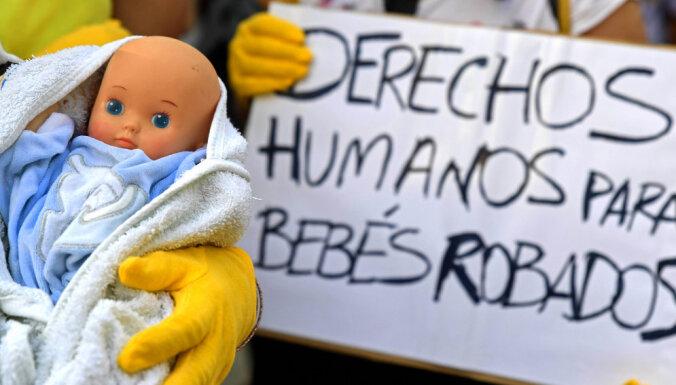 Spānijā noilguma dēļ attaisno Franko laikā zīdaiņus zagušu ārstu