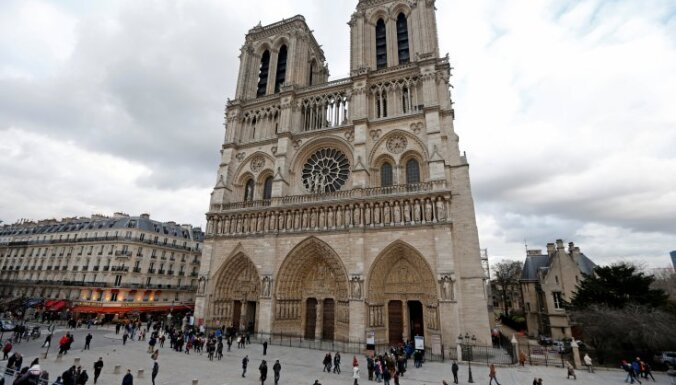 Неизвестный напал на полицейского в центре Парижа