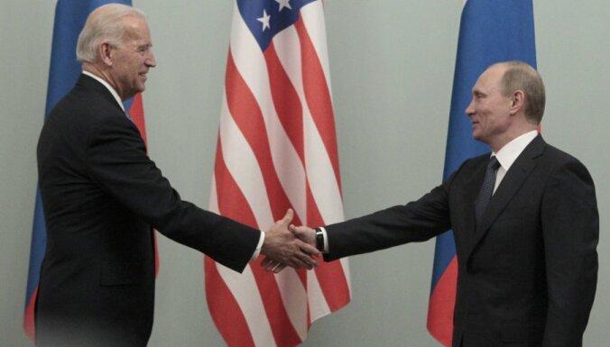 Baidens ar Putinu cer tikties jūnijā