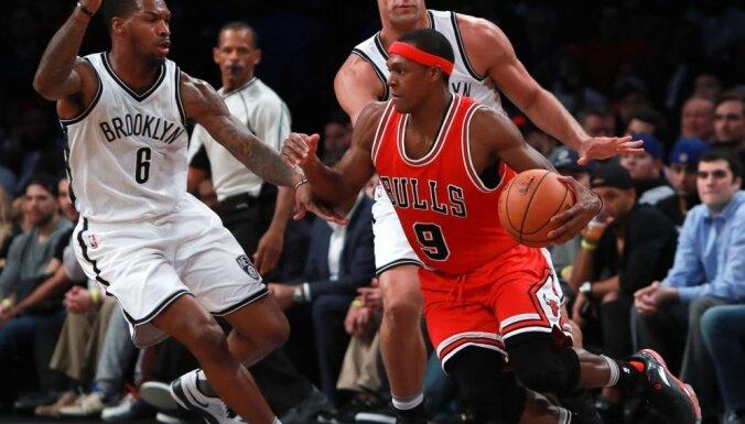 Čikāgas 'Bulls' sagrauj Bruklinas 'Nets' un turpina uzvaru sēriju NBA čempionātā