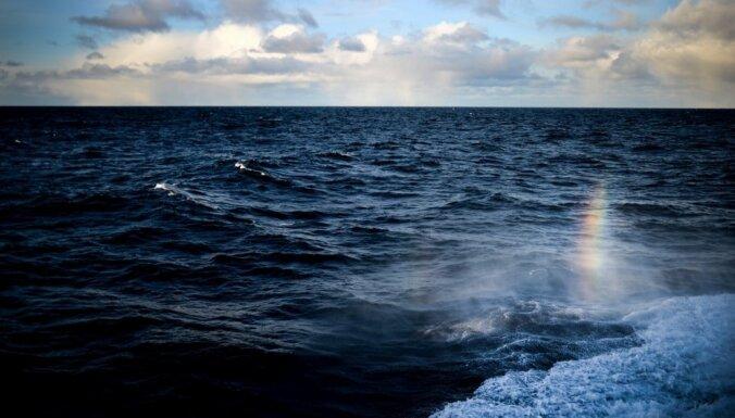 Glābējiem ziņo par jūrā pazudušu laivotāju; cilvēku atrast neizdodas
