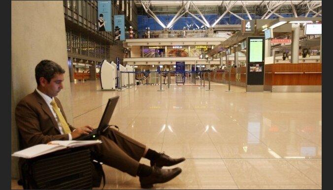 """Шицс: некоторые пассажиры живут в транзитной зоне аэропорта """"Рига"""" уже неделю"""