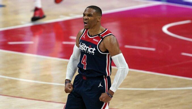 Vestbrūks ar iespaidīgu 'triple double' labo 'Wizards' un NBA rekordu