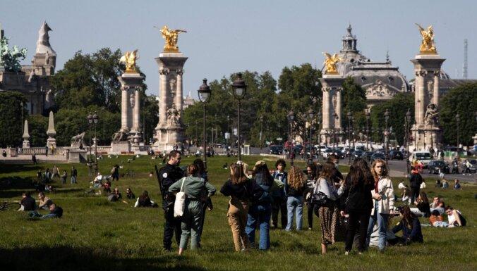 Francija nosaka karantīnu ceļotājiem no Lielbritānijas un Spānijas