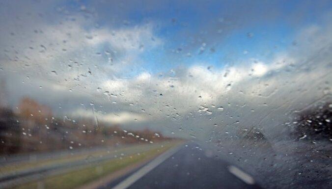Otrdienas rītā vietām Kurzemē un Zemgalē apledojums apgrūtina braukšanu