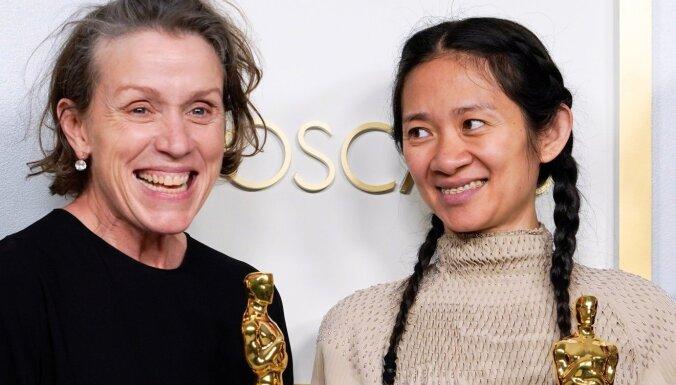Ķīna no 'Weibo' izdzēš visus nesenos ierakstus par 'Oskara' laureāti Hloju Žao