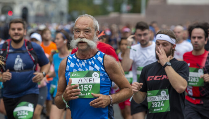 ФОТО: люди по столичным улицам бегут Рижский марафон