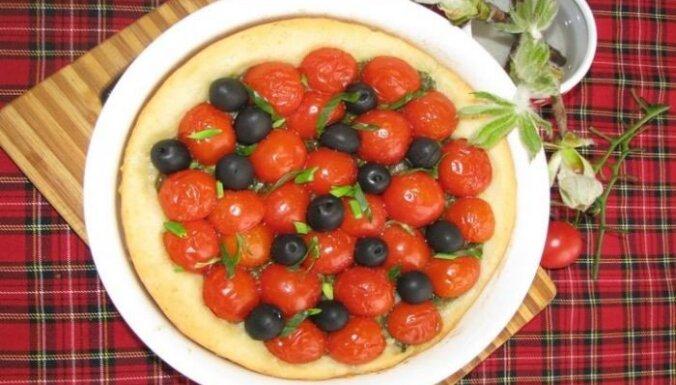 Sāļais pīrāgs ar ķirštomātiem un melnajām olīvām