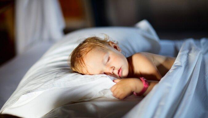 Cik daudz diennaktī ir jāguļ pusotru līdz divarpus gadus vecam mazulim