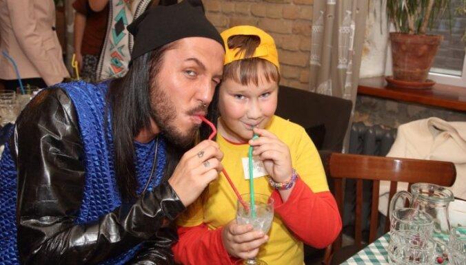 Latvijas slavenie ar bērniņiem metas lustīgā putringā