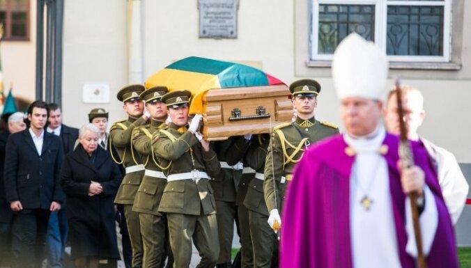 Foto: Lietuvā ar godu un vērienu pārapbedī nacionālo partizānu Ādolfu Ramanausku-Vanagu