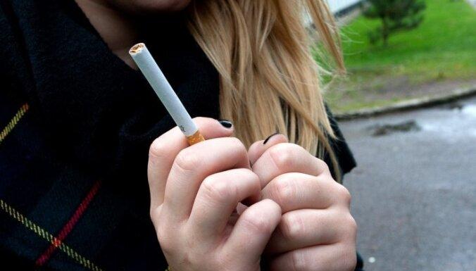 Par smēķēšanu bērnu klātbūtnē grib noteikt kriminālatbildību