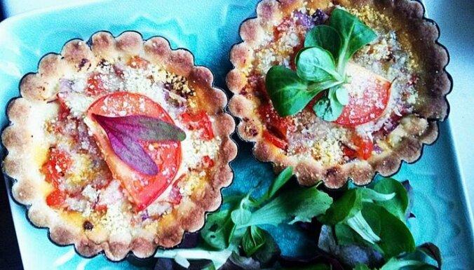 Smilšu mīklas groziņi ar tomātiem un sīpoliem