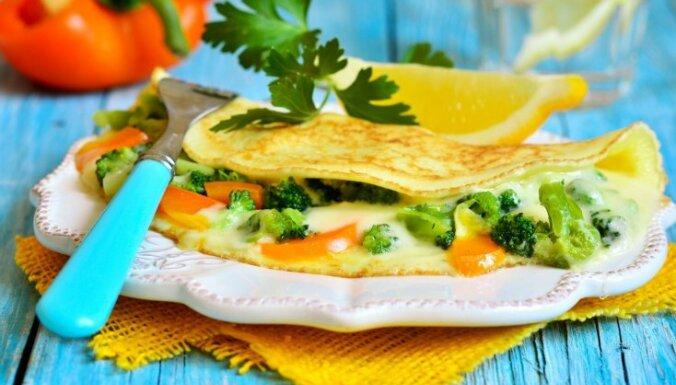 Pildītas plānās pankūkas: 10 idejas karaliski sātīgai brokastu reizei bez gaļas