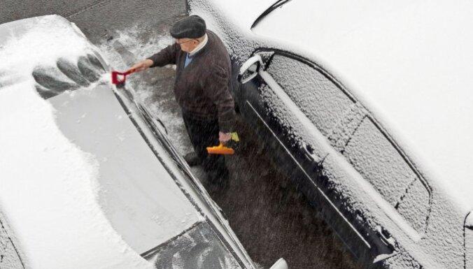 Как правильно чистить окна автомобиля зимой?