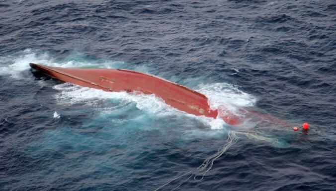 """Крушение краболова """"Шанс-101"""": тела погибших моряков спустили за борт"""