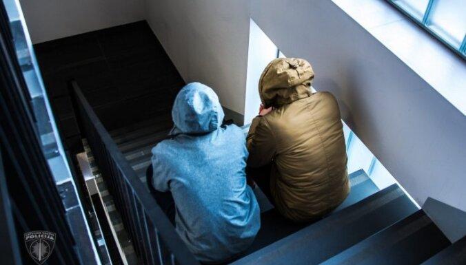 В рижской многоэтажке поселились бездомные: жильцам советуют вызывать полицию