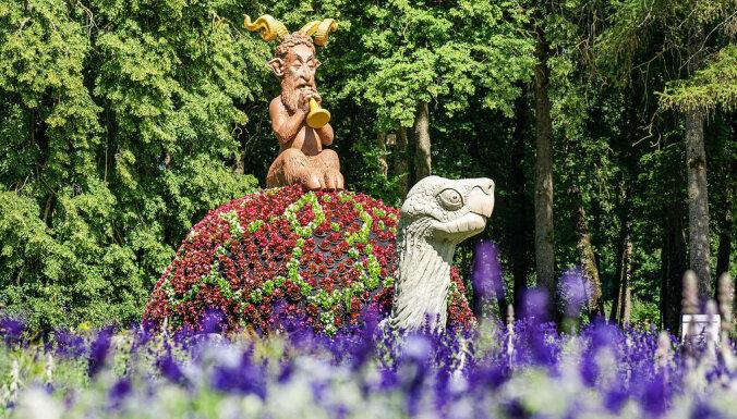 Uz unikālo pasākumu – ziedu festivālu Pakrojas muižā – plūst tūristi