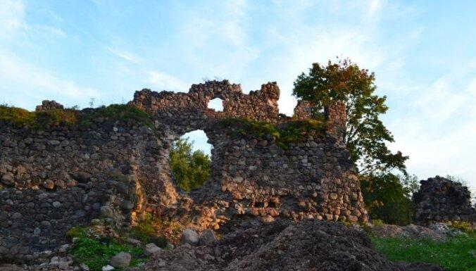 Iepazīstam Latviju: lēnām atdzimst Ērģemes pilsdrupas; pazemē meklēs senas ejas