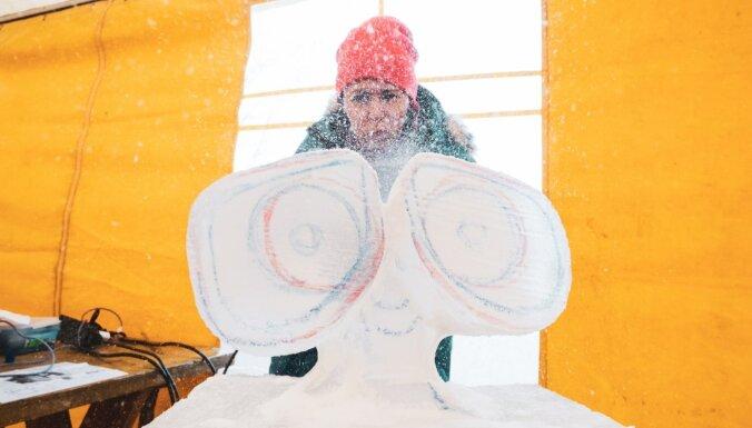 Foto: Kā top pirmās ledus skulptūras Jelgavā