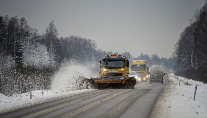 Ceturtdien apledojuši autoceļi, strādā 164 ziemas tehnikas vienības