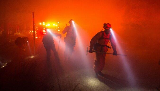Foto: Kalifornijā turpina plosīties savvaļas ugunsgrēki