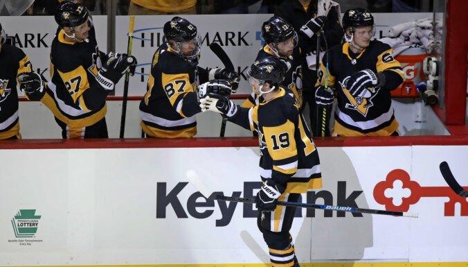 Bļugeram trīs spēka paņēmieni 'Penguins' graujošā uzvarā