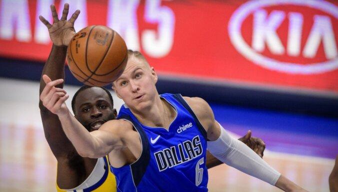 Porziņģis ar 25 punktiem neglābj 'Mavericks'; Kurucam četri punkti 'Rockets' rindās