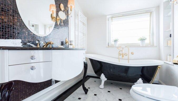 Melnbaltā elegance: pieci dažādi vannasistabu interjeri