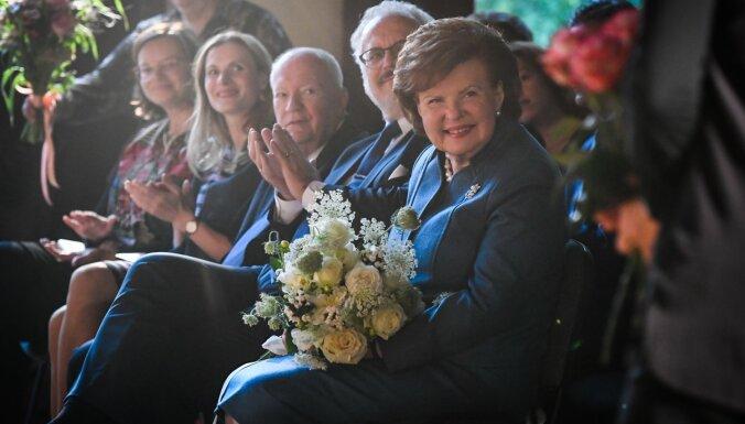 Foto: Iznākusi eksprezidentes Vairas Vīķes-Freibergas jaunā grāmata