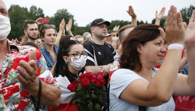 Minskā opozīcijas mītiņā pulcējas tūkstošiem cilvēku