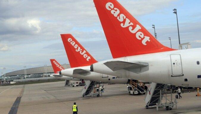 Lūgšanu īsziņas dēļ no lidmašīnas pirms izlidošanas 'izmet' pasažieri