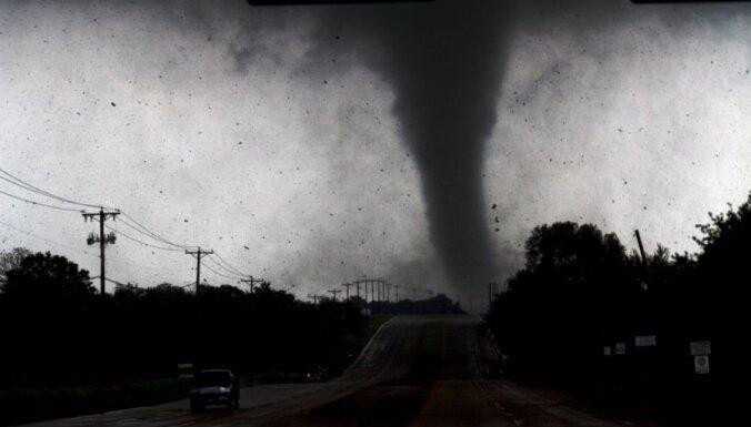 Nāvējoša viesuļvētra plosās Teksasas pilsētiņā