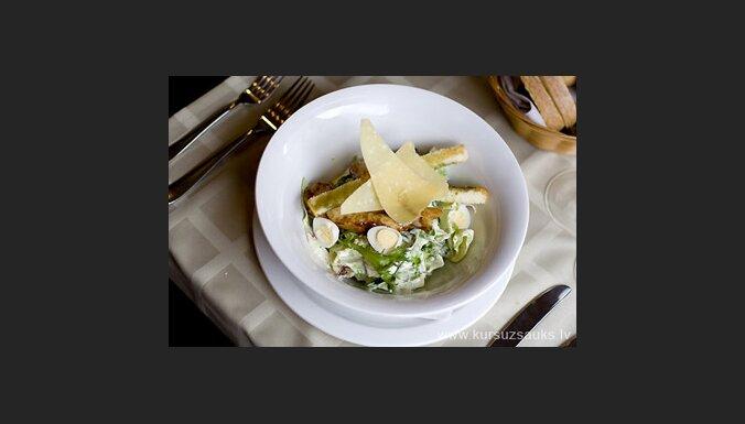 Vistas gaļas salāti ar brusketas grauzdiņiem. Foto: www.kursuzsauks.lv