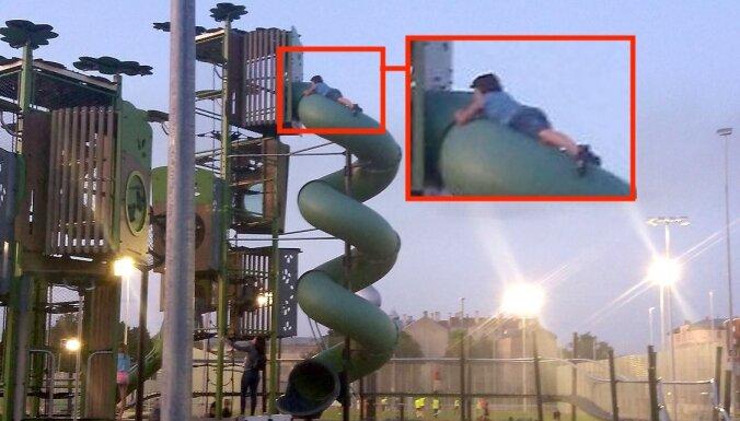 ФОТО: Ребенок ползет по трубе на детской площадке на улице Барона. Где охранники?
