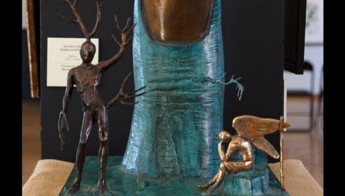 В Риге хулиган испортил скульптуру Сальвадора Дали (дополнено в 17.58)