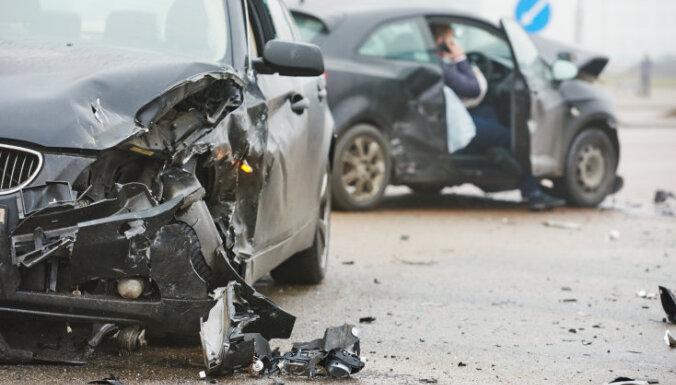 Aizvadītajā diennaktī ceļu satiksmes negadījumos cietuši 14 cilvēki, viens bojāgājušais