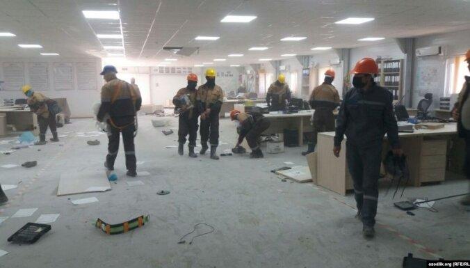 Tūkstošiem strādnieku plosās gāzes pārstrādes rūpnīcā Uzbekistānā