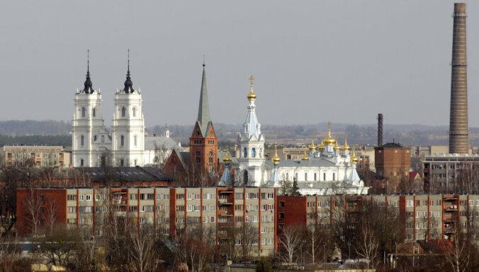 Pārceļ lietu pret vecākiem par savu sešu bērnu zvērīgu sišanu Daugavpilī