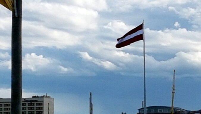 Vai uz AB dambja plīv Austrijas karogs – aculiecinieki ziņo par milzu karoga nepareizajām proporcijām